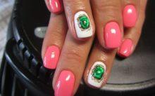 Фотография жидких камней на ногтях