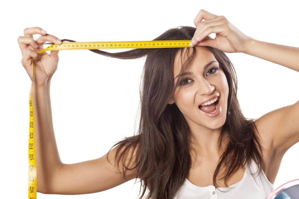 Девушка замеряет волосы