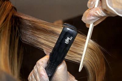 Процесс выпрямления волос