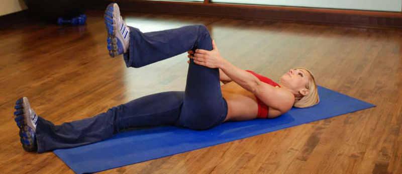 Упражнение на растяжку поверхности бедра